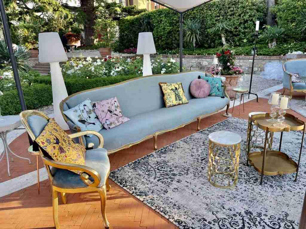 noleggio arredi vintage divani sedie poltroncine cuscini tavolini lampade slide evento lancio outdoor STM Hats @Villa a Sesta Polo Club - Rental Design
