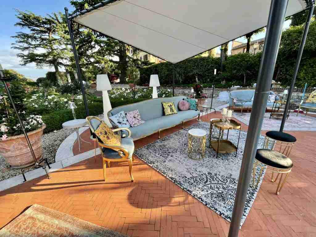 noleggio arredi vintage divani sedie poltroncine cuscini tavolini lampade slide evento lancio outdoor STM Hats @Villa a Sesta Polo Club - Rental Design 2