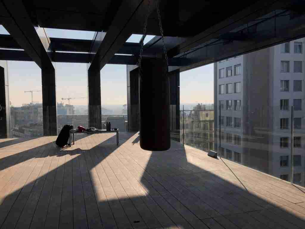 noleggio sacco boxe attrezzatura palestra per shooting spot tv rooftop rental design